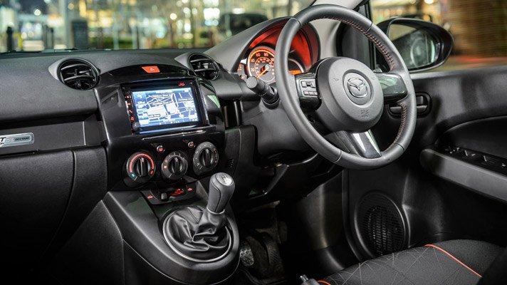 Mazda2 2015 sử dụng vô-lăng 3 chấu có tích hợp các phím bấm 1