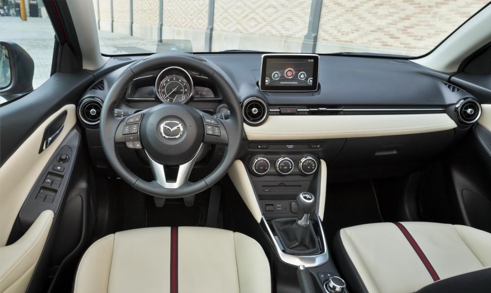 Nội thất của Mazda2 2015 được truốt lại kiểu cách nhưng vẫn giữ nét truyền thống 1