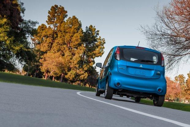 duoixe3 93d8 Đánh giá chi tiết xe Mitsubishi i MiEV 2016