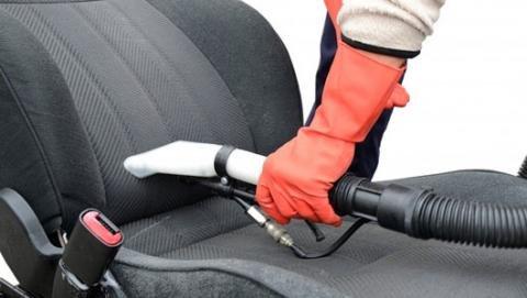 Ghế ngồi của Toyota Vios làm bằng chất liệu nỉ, dễ thấm hút nước nên cần phải vệ sinh và làm khô.