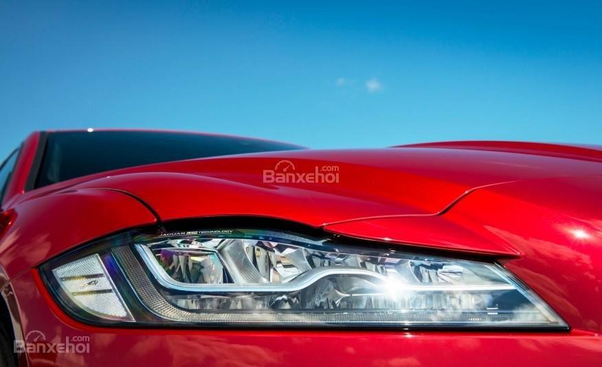 Cụm đèn pha thông minh tự động điều chỉnh dải chiếu sáng của Jaguar XF 2016