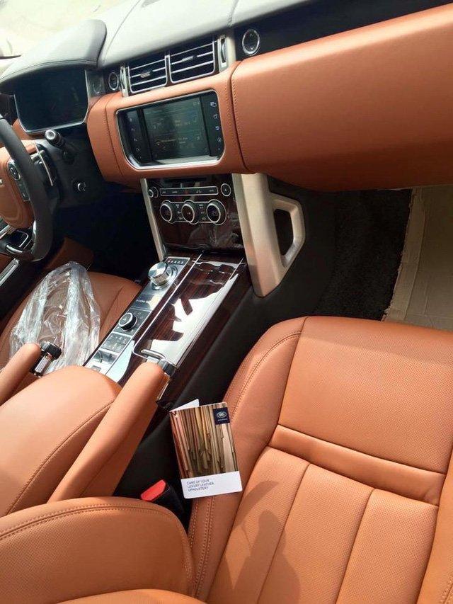 Bảng điều khiển của Range Rover SVAutobiography với thiết kế mạ nhôm ở nút bấm.