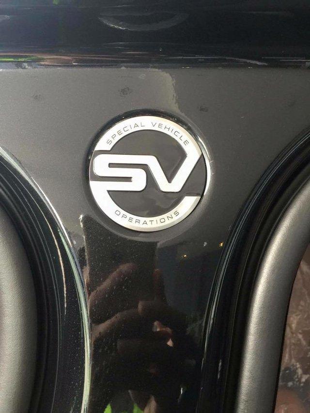 Logo SVO nổi bật trên thân xe Range Rover SVAutobiograph 2016.