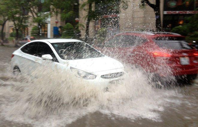 Mách bạn cách lái xe vượt đường ngập nước.