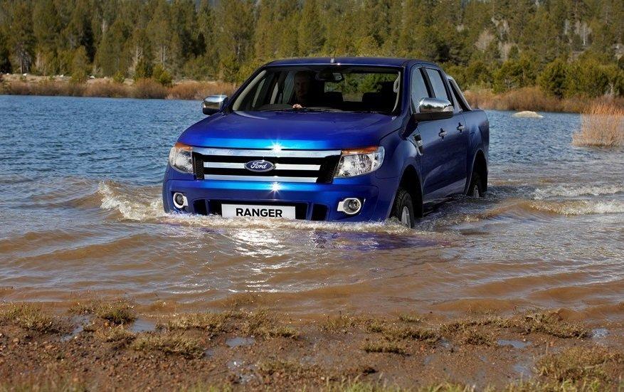 Lái xe qua vùng ngập nước nên cẩn thận giữ đều chân ga.