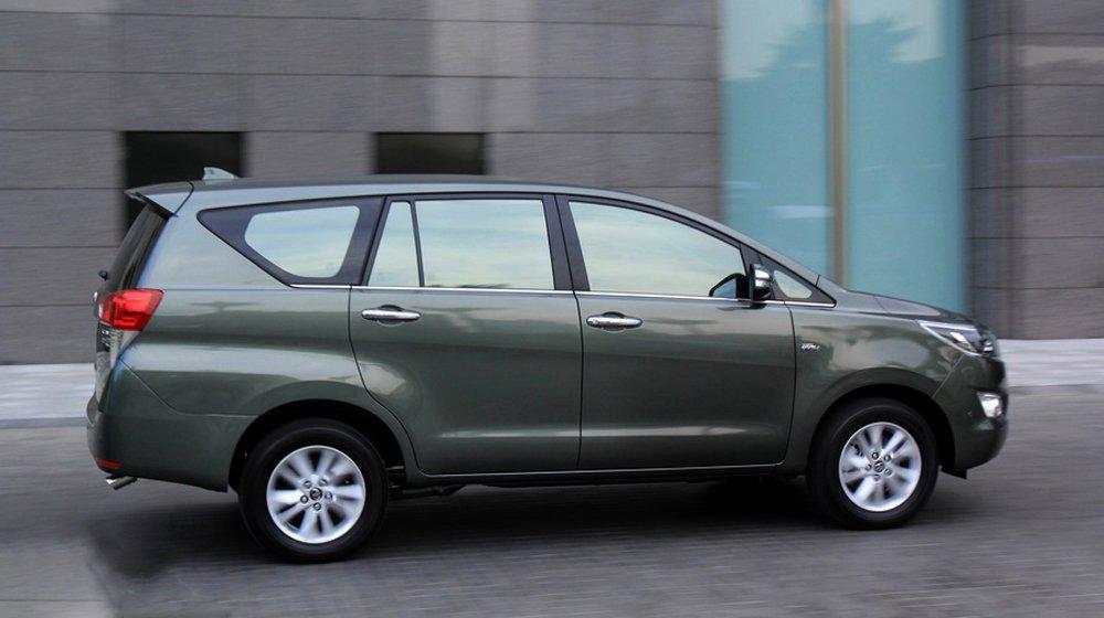 Hai bên hông xe Toyota Innova 2016 là sự kết hợp giữa các mảng dập nổi cỡ lớn.