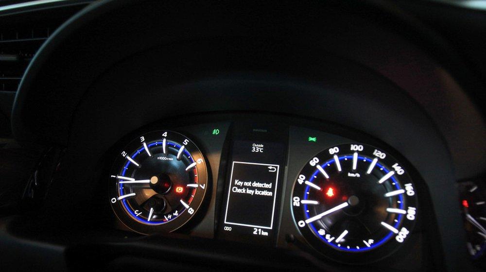 Bảng đồng hồ lái Option của Toyota Innova 2016 được bố trí dễ nhìn.