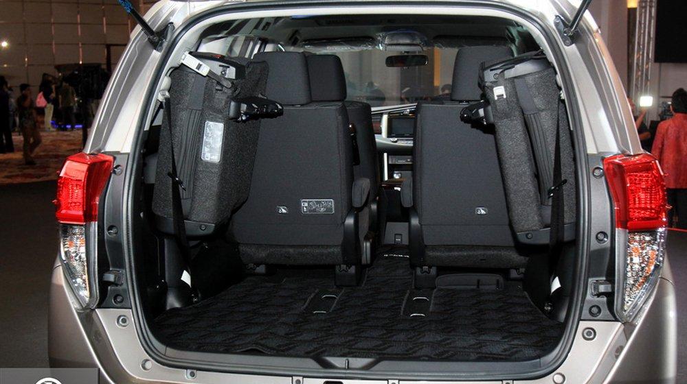 Khoang hành lý của Toyota Innova 2016 có thể mở rộng linh hoạt thông qua việc gập các hàng ghế.
