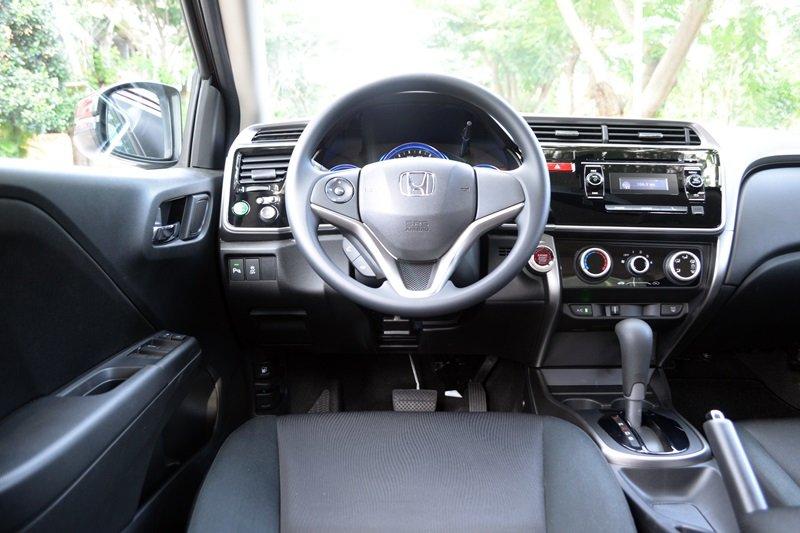 Đánh giá Honda City 2016: Vô-lăng tích hợp các nút bấm điều khiển chức năng.