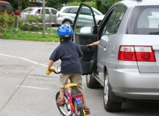 Không để ý khi mở cửa xe ô tô có thể gây ra nhiều tai nạn đáng tiếc.