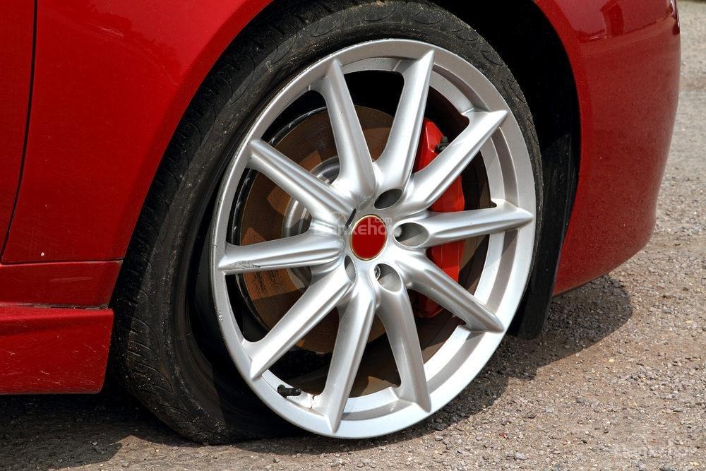 Lái xe khi lốp xe bị xì hơi từ từ có an toàn hay không