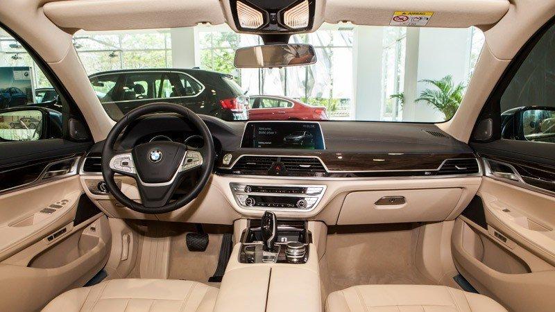 Đánh giá xe BMW 730Li có nhiều tiện nghi hấp dẫn.