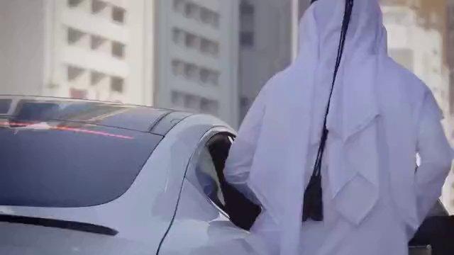 Xe tự lái nhận lệnh và đón khách qua kết nối điện thoại thông minh.