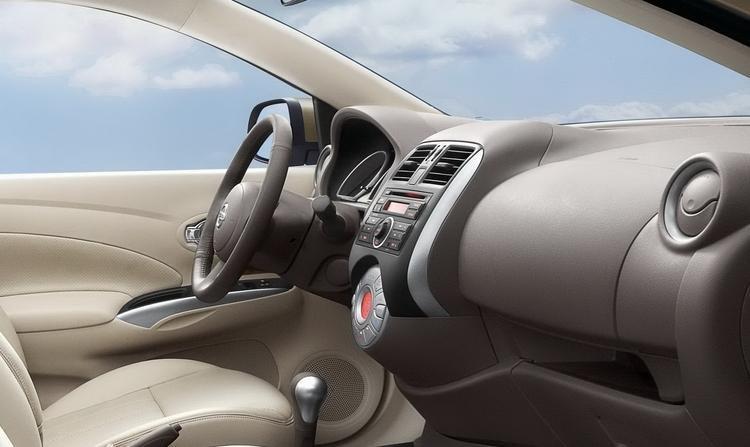 Đánh giá xe Nissan Sunny 2015 có nội thất rộng rãi, thoải mái.
