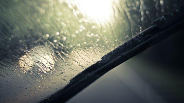Nên đeo kính râm khi lái xe trời mưa.