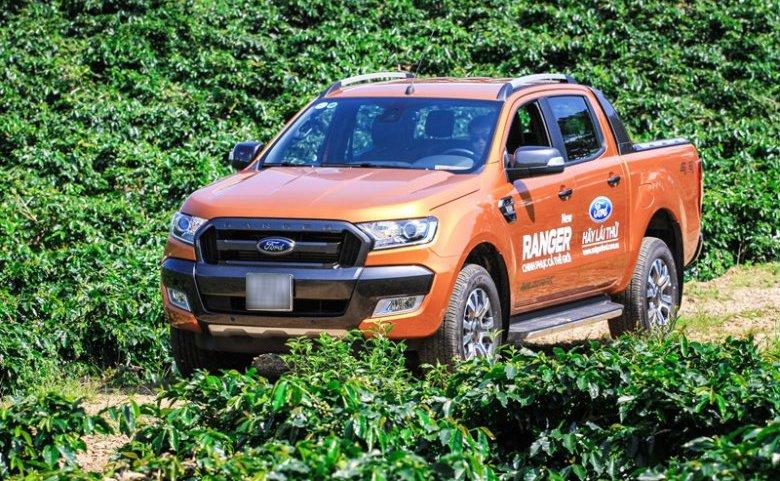 Đánh giá xe Ford Ranger Wildtrak 2015 có đầu xe nhiều góc cạnh hầm hố.