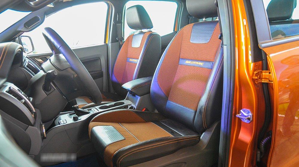 Đánh giá xe Ford Ranger Wildtrak 2015 có toàn bộ hàng ghế bọc da pha nỉ cao cấp.