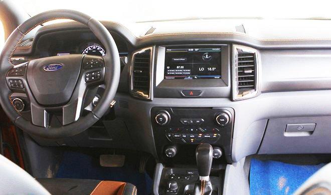 Đánh giá xe Ford Ranger Wildtrak 2015 có vô lăng bọc da 4 chấu.