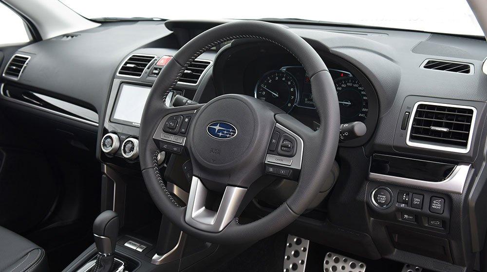 Đánh giá xe Subaru Forester 2016 có vô lăng bọc da 3 chấu thể thao.