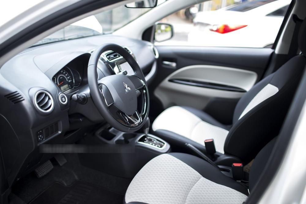 Đánh giá xe Mitsubishi Mirage 2016 có ghế bọc nỉ phối màu đen trắng.