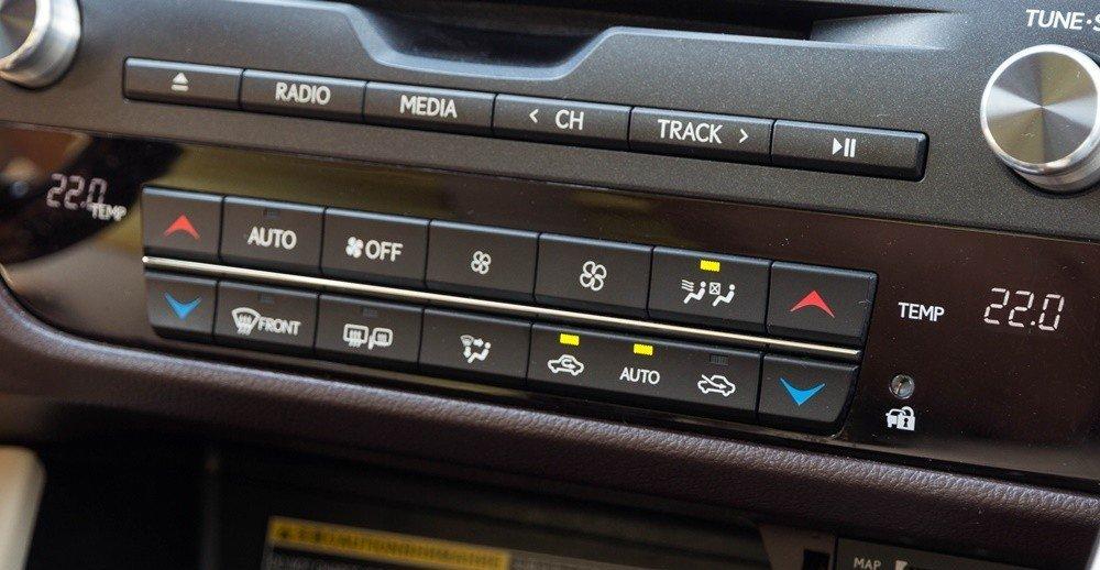 Lexus RX350 2016 được trang bị hệ thống điều hòa 2 vùng độc lập, khả năng làm mát nhanh.