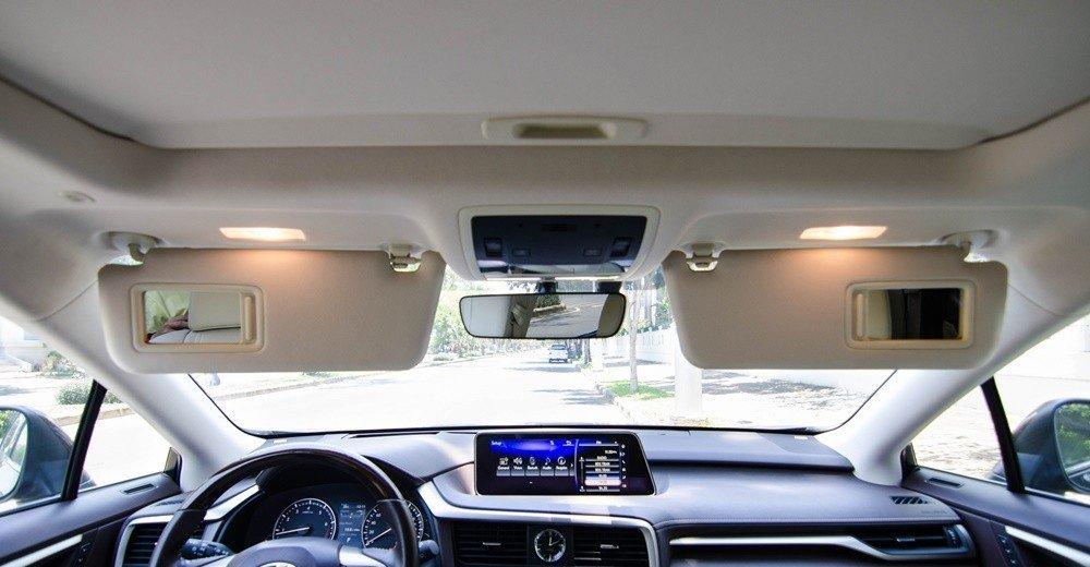 Lexus RX350 2016 được trang bị cửa sổ trời thông thoáng và dàn đèn nội thất ở khắp nơi.