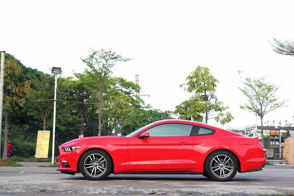 Đánh giá xe Ford Mustang 2015 có mũi xe dài, trần xe thấp tôn lên vẻ thể thao cho xe.
