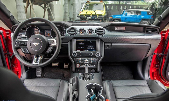 Đánh giá xe Ford Mustang 2015 có nội thất hiện đại, nhiều chi tiết trên bảng tap-lô.