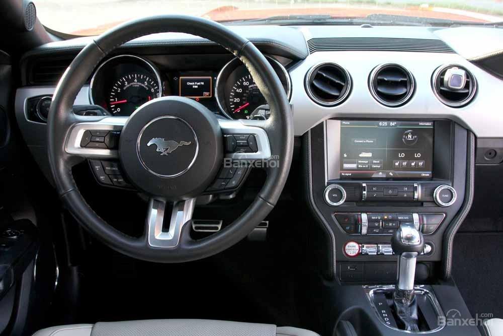 Đánh giá xe Ford Mustang 2015 có vô lăng 3 chấu viền mạ bạc sang trọng.