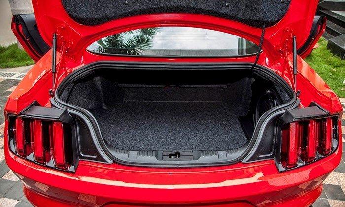 Đánh giá xe Ford Mustang 2015 có khoang hành lý rộng rãi.