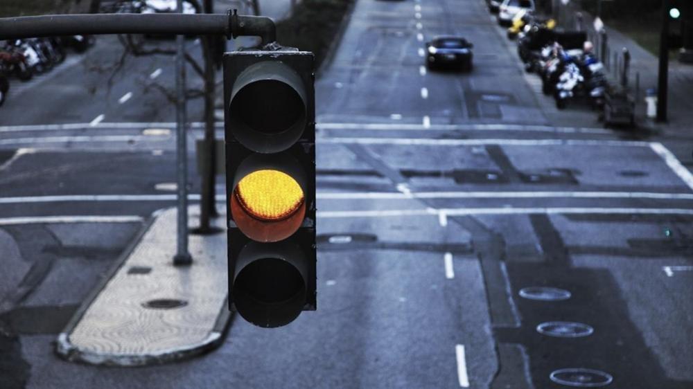 Từ tháng 11, lái xe gặp đèn vàng cũng phải dừng.