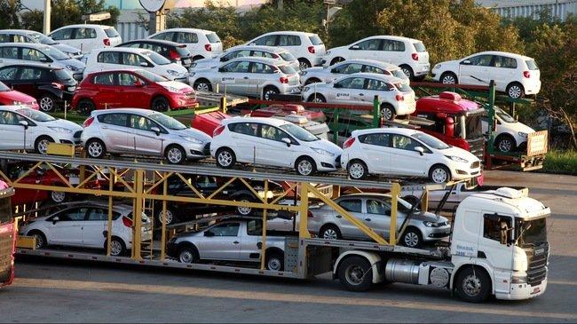 Các doanh nghiệp nhập khẩu xe ô tô đang gặp khó trong việc bán các lô hàng cũ khi tăng thuế.