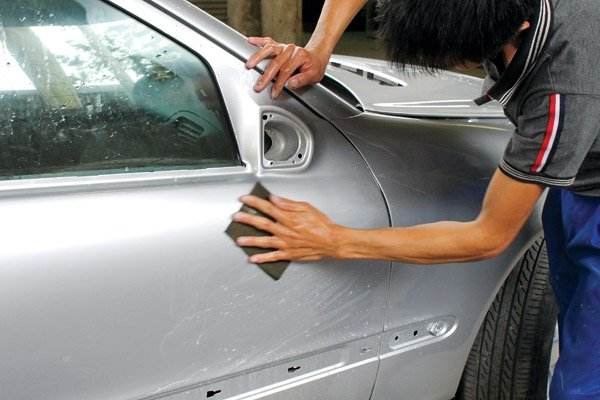 Chăm sóc lớp sơn xe ô tô.
