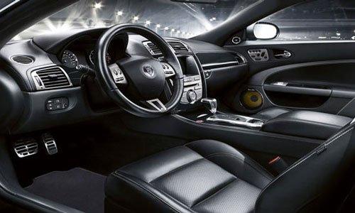 Ghế xe ô tô được bọc bằng da thật.