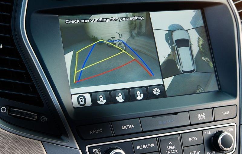 Hệ thống giám sát điểm mù giúp lái xe phát hiện những chướng ngại vật nằm ngoài khả năng quan sát.