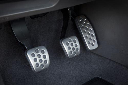 Nếu biết cách sử dụng thì chân côn là ưu điểm của xe số sàn.