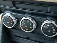 Các nút điều chỉnh hệ thống giải trí của Mazda2 2015 1