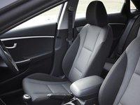 Hàng ghế trước của Hyundai i30 được thiết kế ôm lưng.