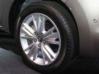 Toyota Innova 2016 sử dụng La-zăng hợp kim với các chấu được thiết kế mới.