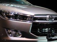 Lưới tản nhiệt của Toyota Innova 2016 được thiết kế mới.