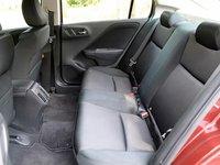 Đánh giá Honda City 2016: Không gian để chân của hàng ghế sau tương đối rộng rãi.
