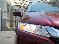 Đánh giá Honda City 2016: Nắp capo có các đường gân dập nổi mạnh mẽ.