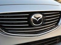 Đánh giá xe Mazda 6 2016 có lưới tản nhiệt lớn với các nan mạ crom.
