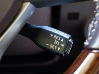 Đánh giá xe Lexus RX 200t có tính năng cài đặt kiểm soát hành trình ngay trên vô lăng.
