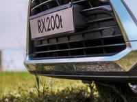 Đánh giá xe Lexus RX 200t có lưới tản nhiệt con suốt với viền crom dày và bóng.