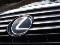 Đánh giá xe Lexus RX 350 2016: Logo hình chữ L cách điệu ấn tượng.