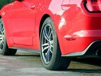 Đánh giá xe Ford Mustang 2015 có thêm một đèn phụ nhỏ phía hông xe.