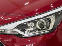 Đánh giá xe Hyundai i20 Active 2017 có đèn pha vuốt dài từ mũi xe ra bên má rất sắc sảo.
