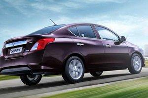 Đánh giá xe Nissan Sunny 2015 có ăng ten hình chiếc đũa giúp tăng khả năng bắt sóng.