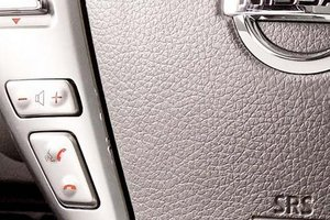 Đánh giá xe Nissan Sunny 2015 có thoại rảnh tay và điều chỉnh âm lượng trên vô lăng